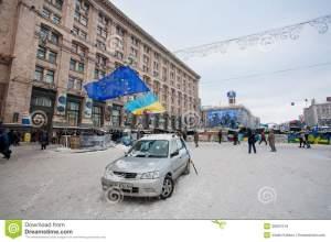 kiev-ucrania-un-coche-con-nacional-y-banderas-de-la-ue-en-la-calle-vacía-de-la-nieve-en-el-territorio-ocupado-por-los-36907519